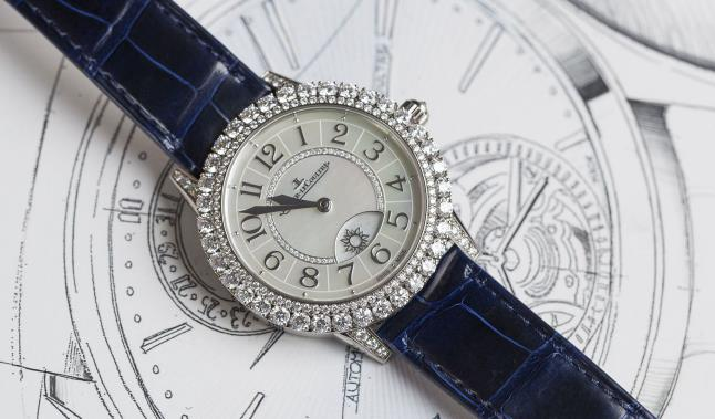 The mother-of-pearl dial looks mysterious and charming.