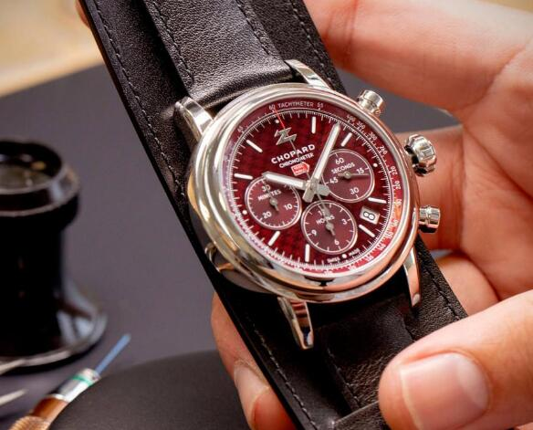 The timepiece presents the relationship between Chopard and Zagato.